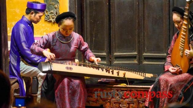Ca Tru performance Ma May St, Hanoi