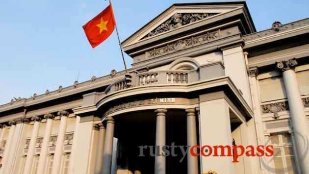 ho chi minh and ngo Trotz all der uhren scheint die zeit hier stehen geblieben im postamt von ho chi  minh city, dem ehemaligen saigon herr ngo ist fast so alt.