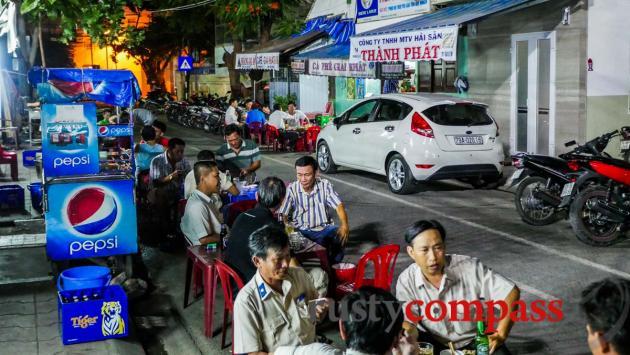 Street eating - Pham Ngu Lao St, Nha Trang