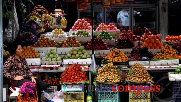 Fruit stall at Psar Thmei market