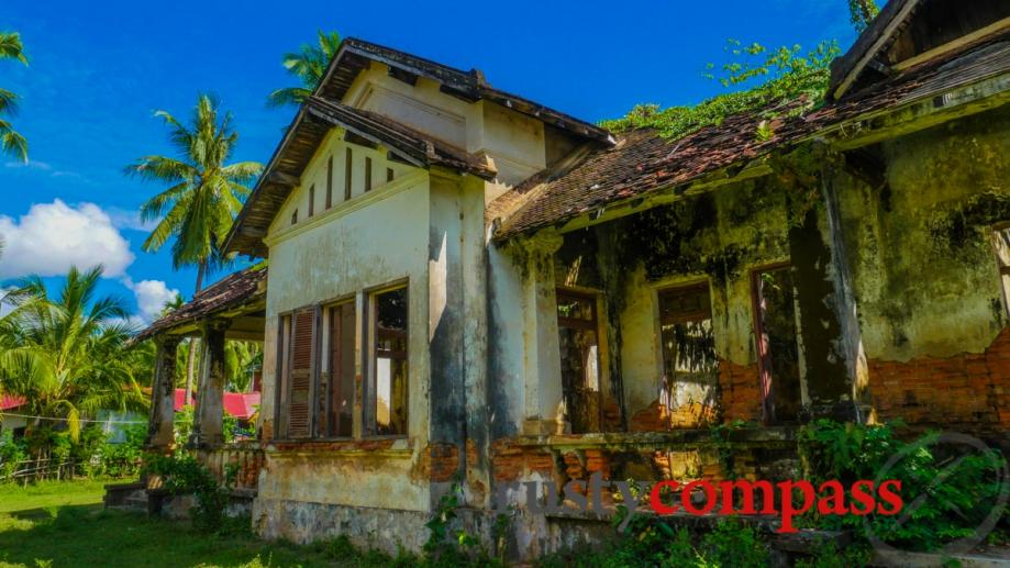 Fading French colonial mansion, Don Khone