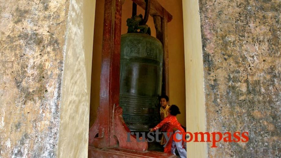 Kids play at the huge bell, Thien Mu Pagoda